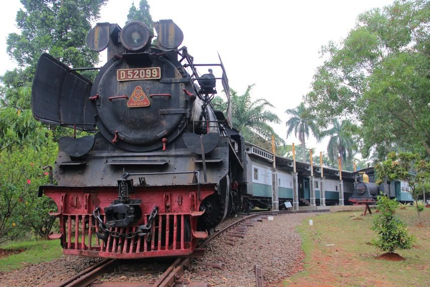 Salah satu kereta api kuno yang pernah beroperasi di Indonesia bisa kita lihat di Museum Transportasi