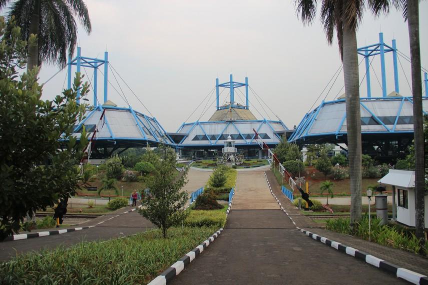 Museum Transportasi terletak di Komplek Taman Mini Indonesia Indah persis di sebelah Museum Keprajuritan