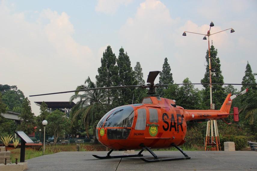 Helikopter milik Badan SAR juga terpajang di halaman depan Museum Transportasi