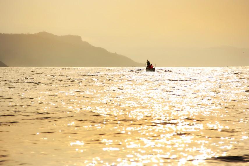 Selama pengamatan lumba-lumba, pengunjung juga dapat menyaksikan matahari terbit di tengah lautan