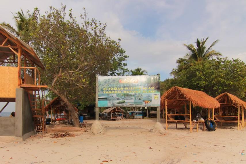 Pulau Tangkil menghadirkan nuansa berbeda dari wisata pantai yang ada di Lampung