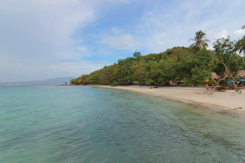 Pantainya yang eksotis membuat Pulau Tangkil layak menjadi tujuan wisata Anda ketika berada di Lampung