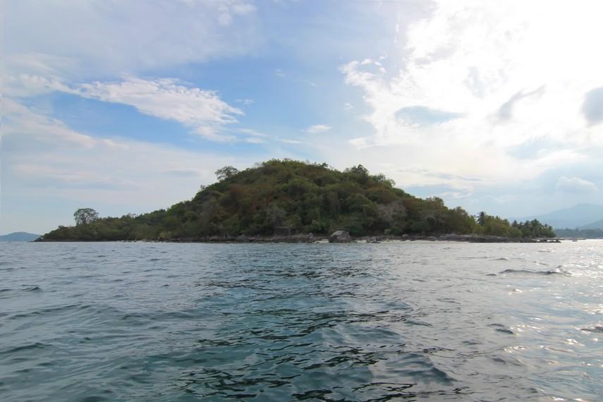 Berwisata ke Pantai Mutun tidak lengkap tanpa singgah ke Pulau Tangkil yang berada tepat di seberang pantai ini