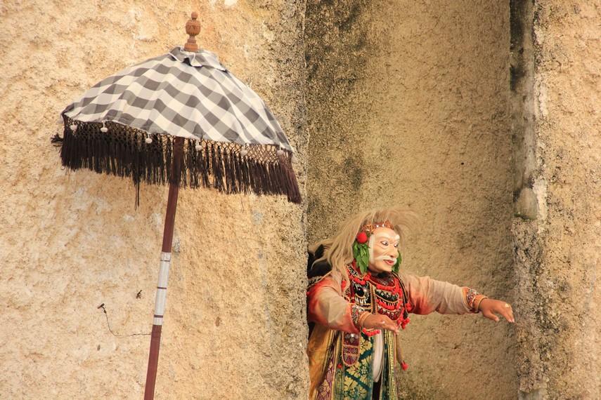 Topeng tua juga dipentaskan sebagai bagian dari tari topeng pajegan, yang semua lakonnya dibawakan oleh seorang penari