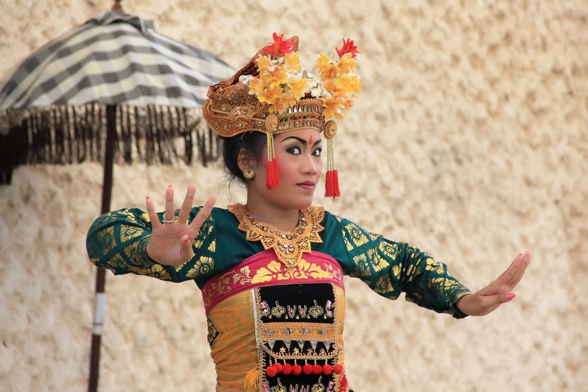 Tari legong keraton biasanya mengangkat cerita raja-raja Bali atau kisah dari epos Ramayana