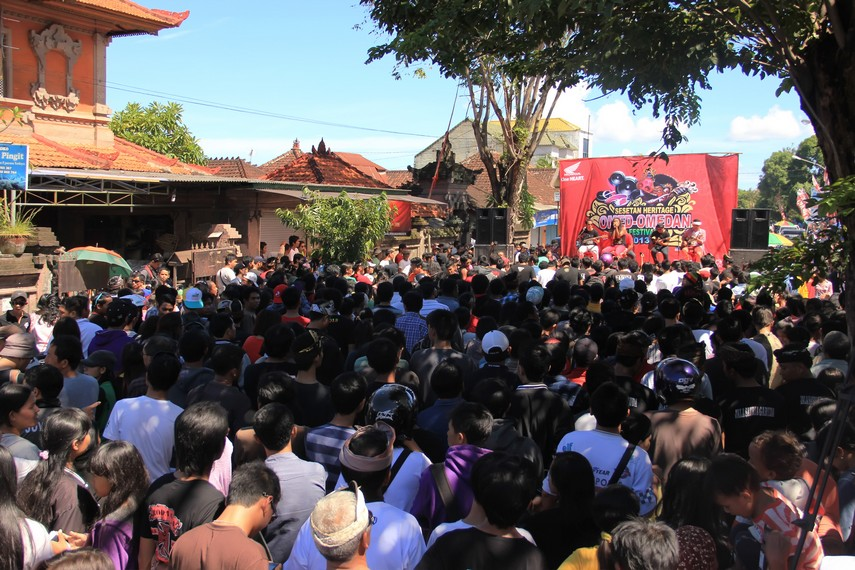 Ritual omed-omedan telah berkembang menjadi festival budaya yang dimeriahkan panggung hiburan dan bazar