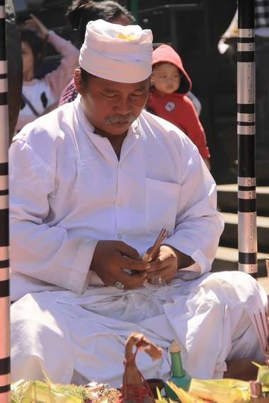 Pemuka agama Banjar Kaja Sesetan melakukan ritual persembahan sesaji, memohon kelancaran ritual kepada Yang Maha Kuasa