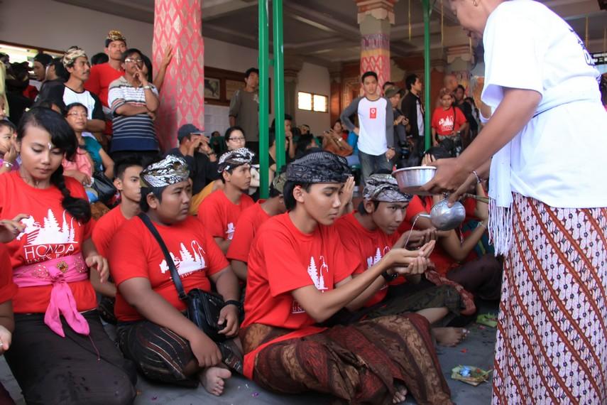 Sebelum omed-omedan dimulai, para peserta bersembahyang bersama memohon kelancaran kepada Yang Maha Kuasa