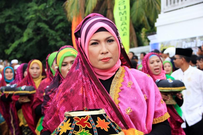 Ibu-ibu di Kota Sumbawa pun tak mau ketinggalan memeriahkan Festival Moyo