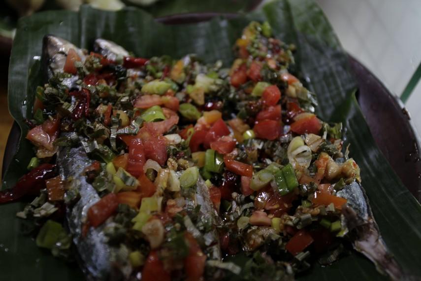 Ikan bakar lengkap dengan sambal dabu-dabu