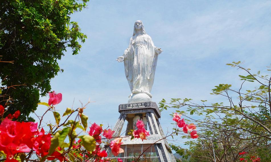 Ini adalah 'Patung Maria Bunda Segala Bangsa'.