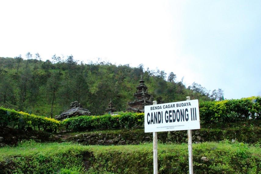 Inilah Candi Gedong III yang berlatar belakang bukit