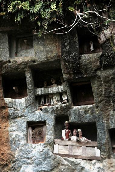 Inilah Kubur Batu Lemo dan Boneka Tau Tau