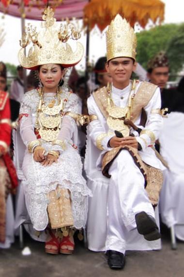 Inilah busana pengantin adat Pepadun, Masyarakat yang mendiami daerah pedalaman atau daerah dataran tinggi Lampung