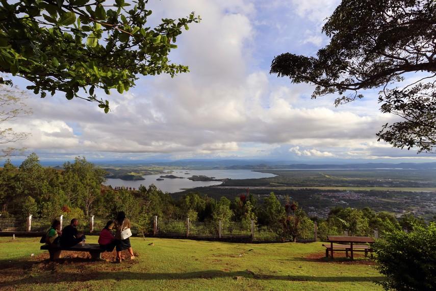 Inilah pemandangan yang dapat disaksikan dari atas bukit tempat tugu Mc Arthur berada