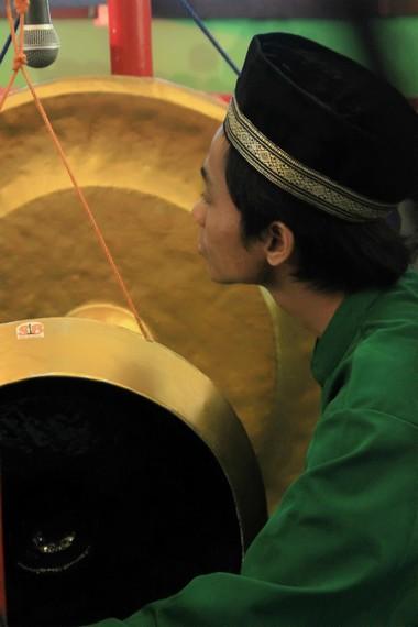 Instrumen gong diserap dari kebudayaan lokal, yaitu gamelan