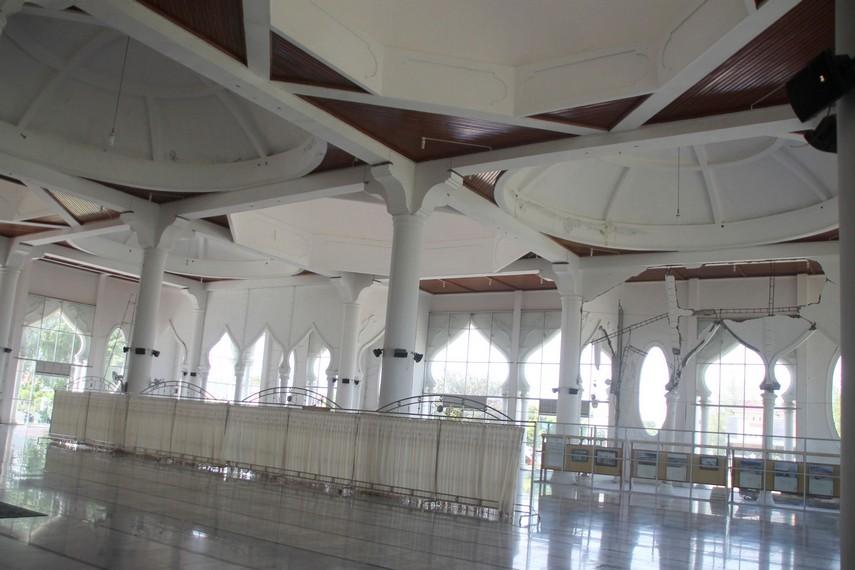 Interior dalam Masjid Rahmatullah, kini mampu menampung 1500 jamaah