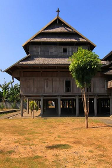 Istana ini berbentuk rumah panggung dengan luas bangunannya mencapai  904 meter persegi