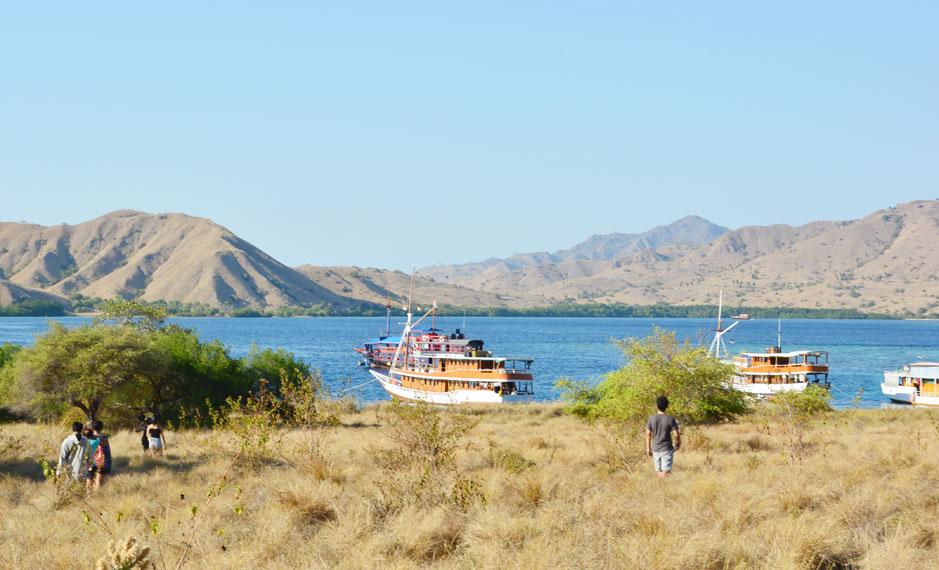 Jajaran kapal bersandar di tepian pantai Gili Lawa