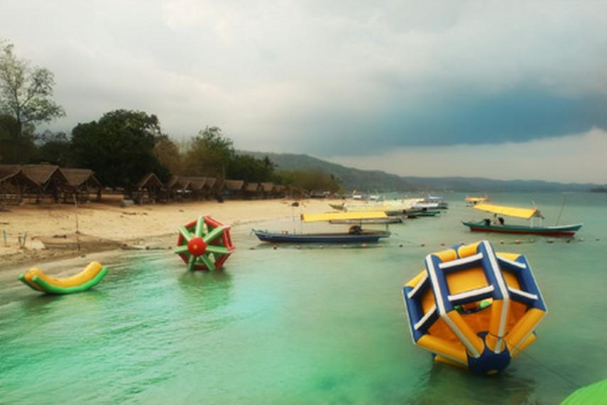 Jajaran perahu nelayan di Pantai Mutun yang siap mengantar pengunjung berkeliling ke Pulau Tangkil