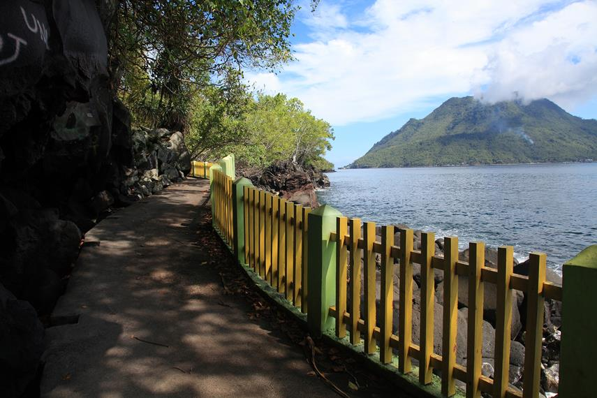 Jalan dari Pantai Sulamadaha menuju Saomadaha