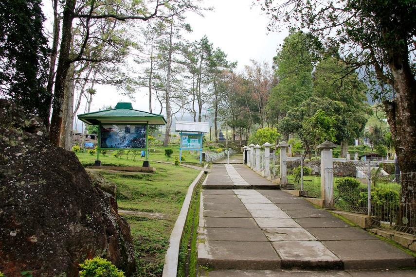 Jalan setapak menuju situs Candi Gedong Songo