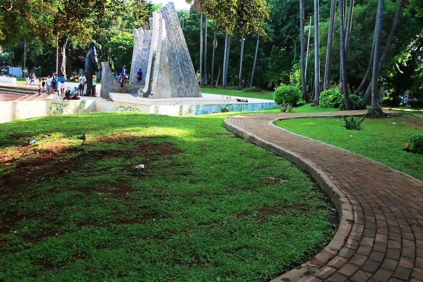 Jalan setapak yang ada di Taman Proklamasi