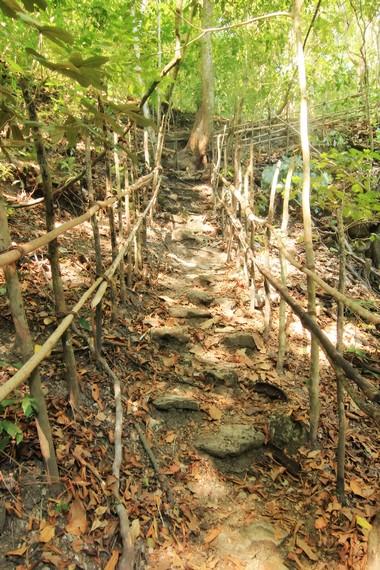 Jalan setapak yang bisa digunakan pengunjung untuk turun menikmati air terjun