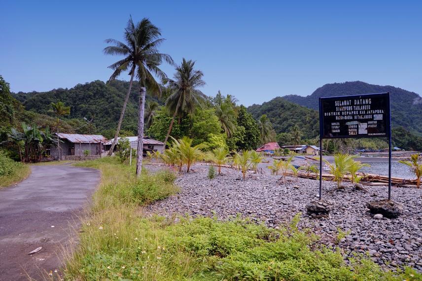 Jalan yang menjadi pintu masuk menuju Desa Tablanusu