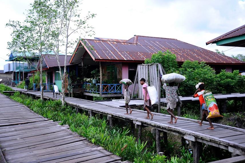 Jalanan di Asmat berupa panggung kayu di karenakan tanah di asmat merupakan tanah basah atau rawa rawa