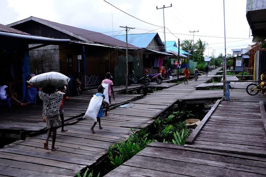 Jalanan di kota Agats berupa papan di karenakan keadaan tanah berupa rawa-rawa
