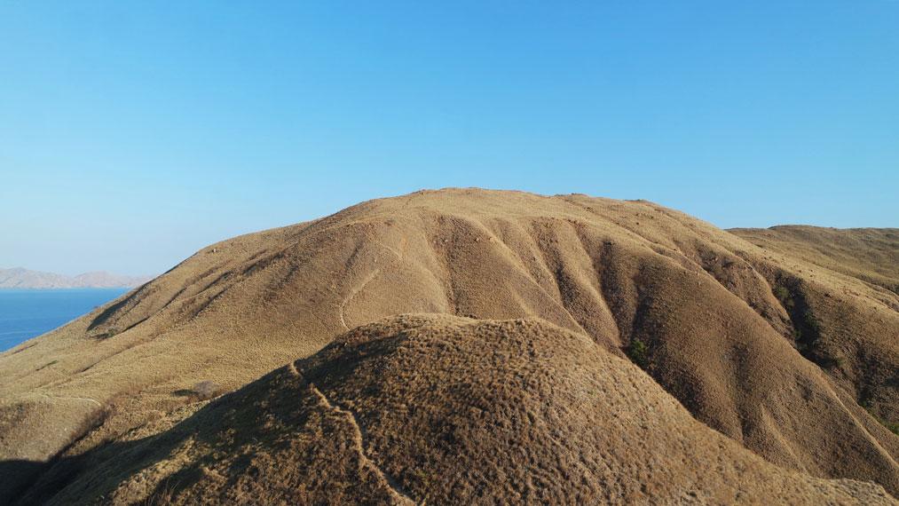 Jalur trekking perbukitan di Puncak Gili Lawa