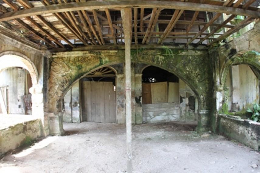 Bagian bawah Rumah Batu Olakemang