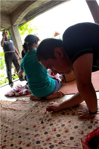 Proses pewarnaan Batik Tulis