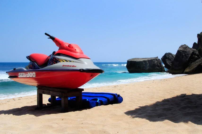 Jasa penyewaan Motor boat untuk pengunjung yang ingin berselancar di Pantai Indrayanti