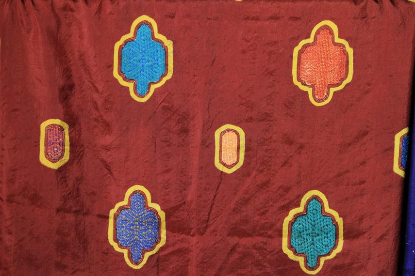 Sehelai kain batik bisa menggunakan delapan warna sehingga terlihat lebih indah