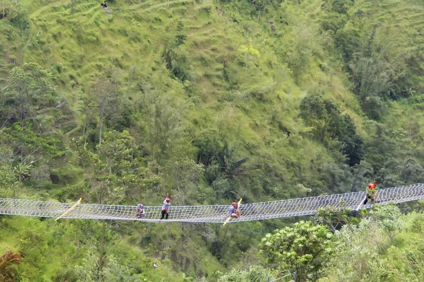 Jembatan Marinir, salah satu arena yang menantang di Umbul Sidomukti