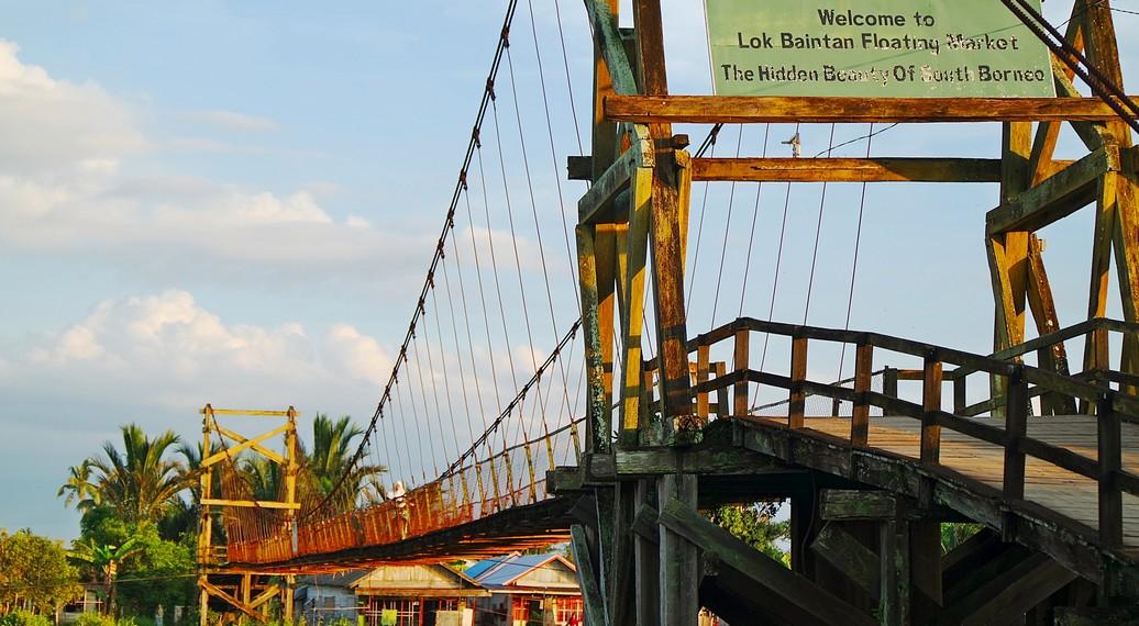 Jembatan Selamat Datang di kawasan Pasar Terapung Lok Baintan