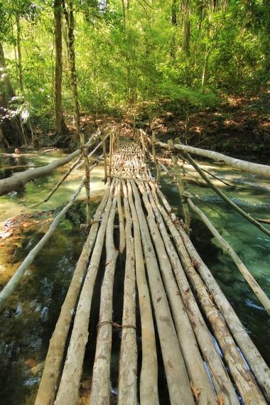 Jembatan bambu yang menghubungkan jalan dengan air terjun