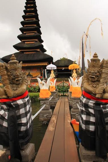 Jembatan kayu yang menghubungkan dua pelinggih dengan tepi danau, hanya dipasang saat ada upacara keagamaan