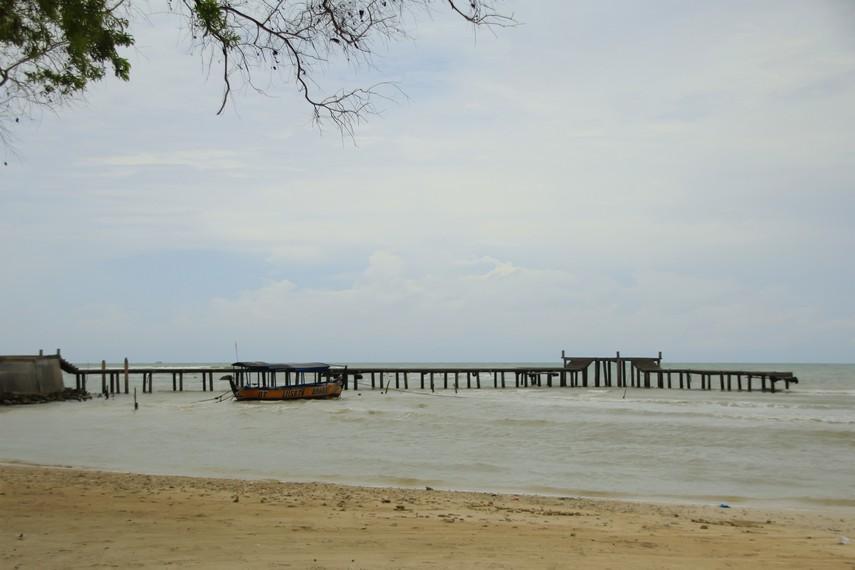 Jembatan yang menghadap laut di Pantai Bandengan