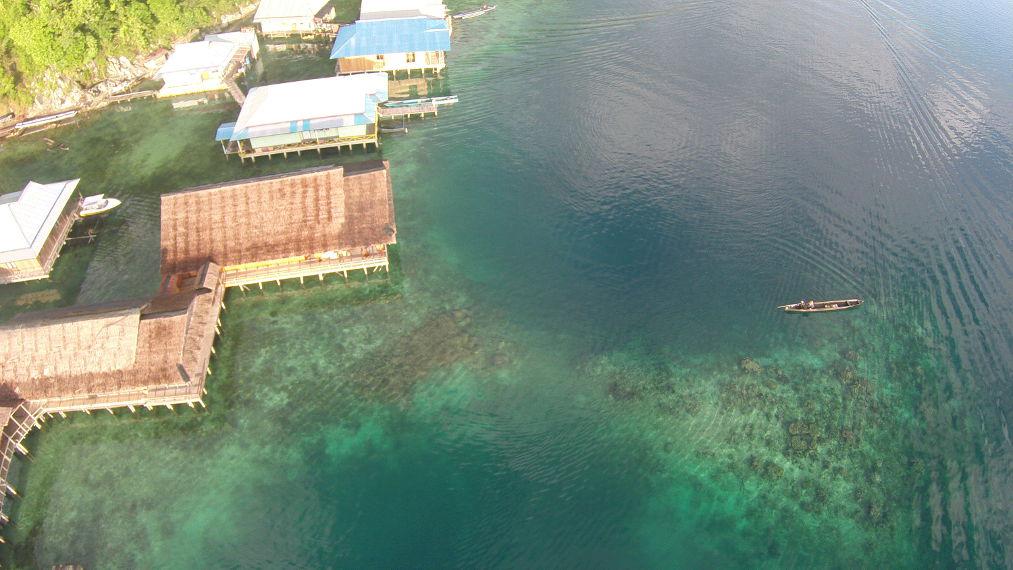 Jernihnya air laut Sawai hingga karang-karang di kedalaman pun terlihat dari atas