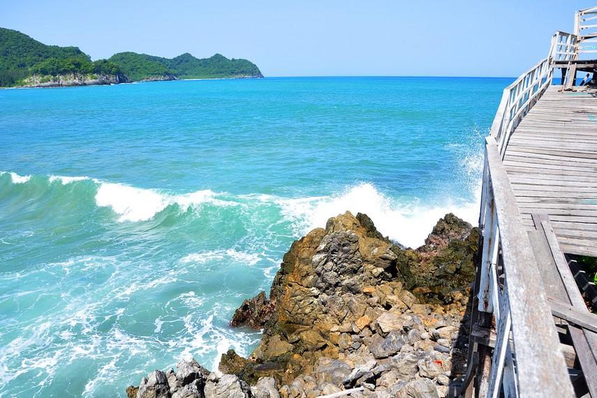 Jika Pantai Lampuuk identik dengan Banana Boat, maka  Pantai Lhoknga terkenal dengan surganya berselancar
