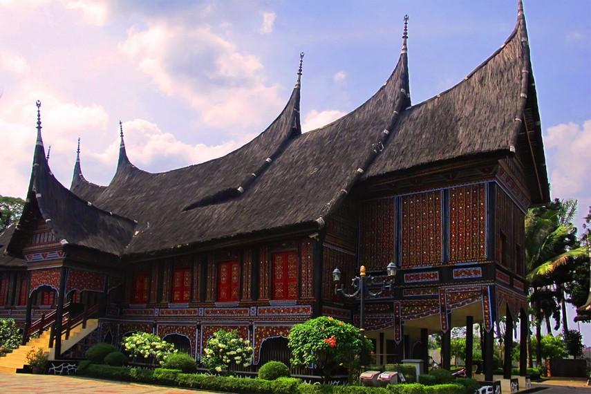 Jumlah ruangan kamar di rumah bagonjong ditentukan dari jumlah perempuan yang menghuni rumah tersebut