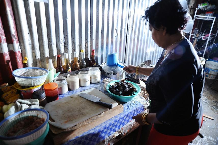 Juru masak sedang menyiapkan bumbu untuk dicampurkan ke dalam masakan udang selingkuh