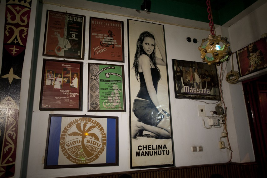 Kafe Sibu-Sibu terkenal dengan foto-foto seniman Maluku yang dipajang di sekitar dinding kafe