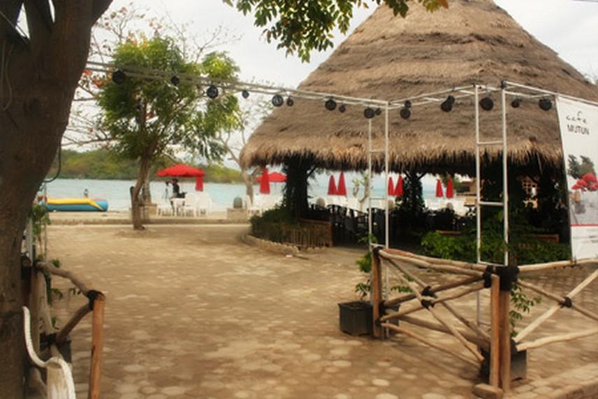 Kafe yang berada di Kawasan Pantai Mutun yang menjajakan makanan laut
