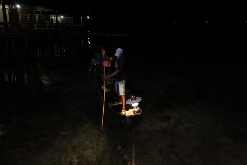 Kalawai biasa dilakukan malam hari dengan menggunakan bantuan sinar petromak di depan perahu