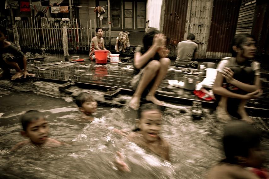 Aktivitas masyarakat di Sungai Kalimantan