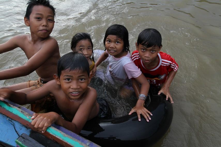 Anak anak bermain di Sungai Kalimantan
